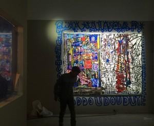 Pendant l'accrochage de la salle Robert Combas Exposition Michel Houellebecq RESTER VIVANT palais de Tokyo